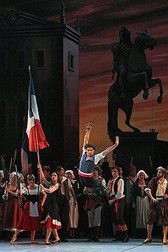 В Михайловском театре прошли премьерные показы балета «Пламя Парижа». Никто в эти дни под красным знаменем штурмовать Смольный не пытался