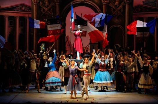 Балетмейстер Михаил Мессерервоссоздал балет в его оригинальной версии: аристократы – тираны и предатели, а народ творит историю и вершит справедливость