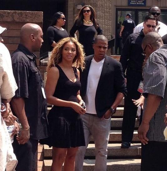 20 июля, на следующий день после оправдания Циммермана, в Нью-Йорке прошёл митинг, на котором выступили чернокожие поп-звёзды США Бейонсе и Джей. Естественно, они тоже возмущены. В области борьбы с расизмом все равны: и президент Обама, и миллиардерша Бейонсе, и Мартин Трейвон.