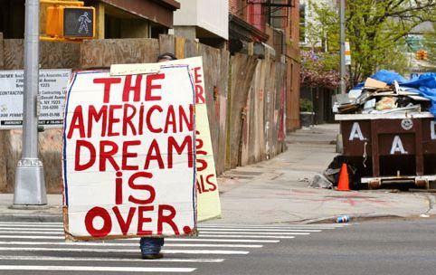 Более половины американцев в настоящее время живёт в нищете. По данным Налоговой службы США (IRS), средняя семья в нижней половине общественного здания зарабатывает $18.000 в год