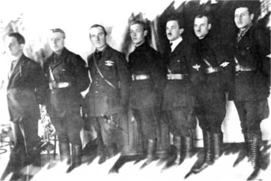 Группа военных летчиков 1-й Конной армии, 1920 г. На рукавах военлетов — различные варианты эмблем летного и технического состава авиации бывшей Российской Императорской армии. В двуглавые орлы без корон вставлены красные звезды