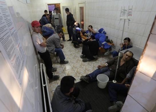 """Более 300 рабочих были госпитализированы в понедельник со стройки нового терминала аэропорта """"Пулково"""" в Петербурге"""