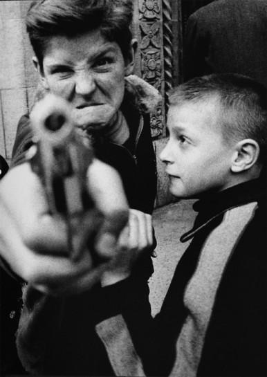Девчонки и мальчишки уже объединяются в банды. Детские банды. У них нет друзей -у них есть подельники. Разбой, насилие и убийство — это их сегодня