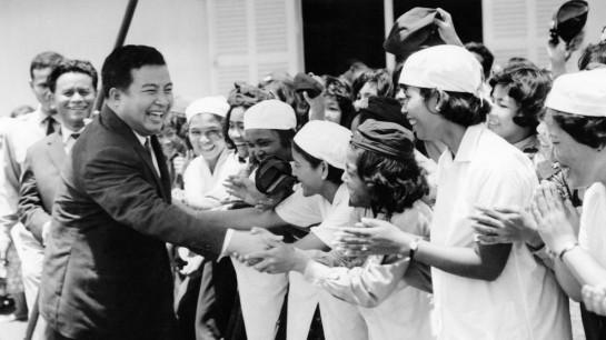 После того, как Камбоджа обрела независимость, У власти в стране оказался молодой разгильдяй — джазовый саксофонист, международный плейбой, заядлый теннисист — принц Нородом Сианук
