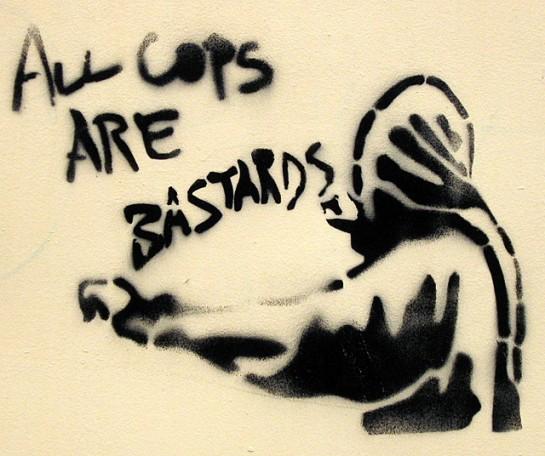 Нельзя просто зажмурить глаза и твердить: all cops are bastards (все копы – ублюдки). Иначе в нужный момент можно поступить в высшей степени по-идиотски, например как Оккупационный комитет Сорбонны в мае 1968 года