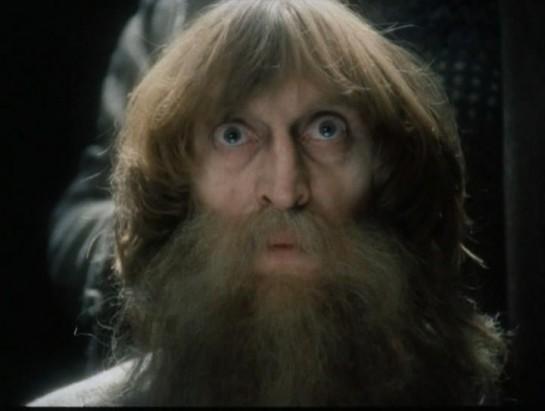 """Семнадцать лет, семнадцать ужасных лет, проведённых в камере замка Иф, не сломили этого удивительного человека. Жозе Кустодио да Фариа вышел на свободу, пусть и шестидесятилетним стариком (кадр из фильма """"Узник замка Иф"""", 1988)"""