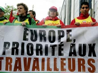 """Манифестанты с лозунгом: """"Европа! Приоритет - трудящимся!"""" (Photo : Dominique Faget / AFP)"""