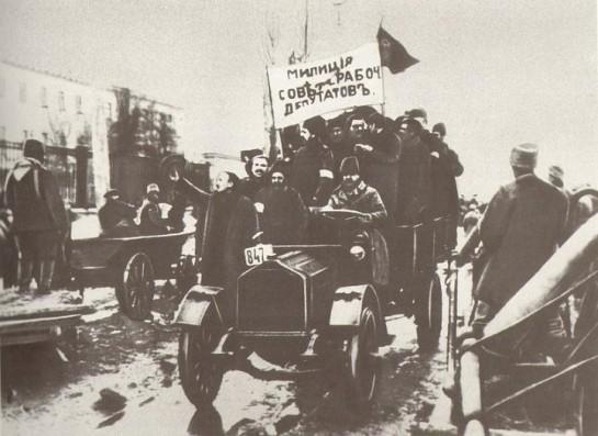 Не нужно специфической подготовки, чтобы под страхом наганов, винтовок и пулемётов погнать широкие буржуазные городские слои на общественные работы. Фото: рабочая милиция, 1918