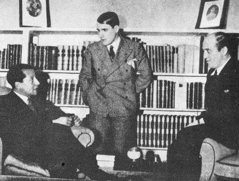 Хосе Антонио Примо де Ривера (слева) и Рамиро Ледесма Рамос (в центре)