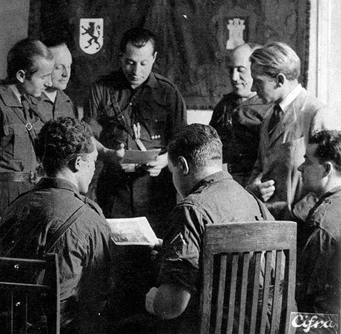 Хосе Антонио Примо де Ривера (в центре) хотел создать не партию, а религиозно-политический Орден, «армию нового строя», целью которого было воссоздание Великой Испанской Империи