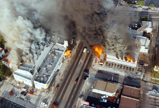 Беспорядки в Лос-Анджелесе длились 5 дней — с 29 апреля по 4 мая. Они сопровождались погромами, грабежами, поджогам и убийствами. Сгорело 5500 зданий, погибли 53 человека