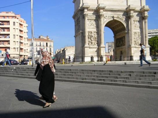 В Марселе порой не слышно французской речи, а женщины ходят в хиджабах и даже никабах