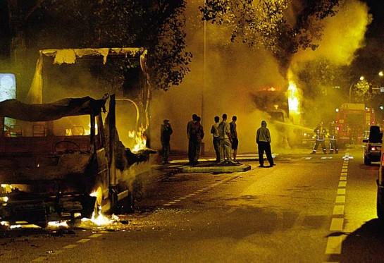 В парижских предместьях мятежники жгли автомашины (только за первые дни бунта они сожгли 70 машин), били витрины, дрались с полицейскими