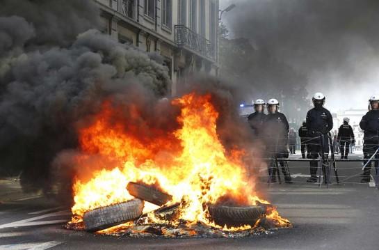 В знак протеста против политики правительства пожарные Брюсселя подожги автомобильные покрышки