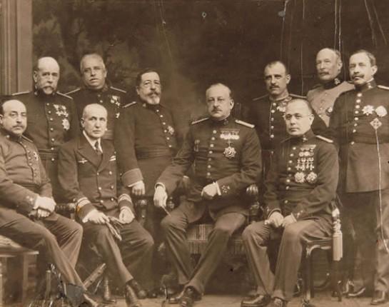 Во избежание крайних форм революции аристократия пошла на установление в 1923 году умеренной авторитарной диктатуры. Возглавил её генерал Мигель Примо де Ривера (1870-1930). На фото - в центре