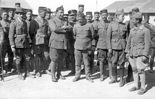 Наиболее расположен к организации военного переворота в Испании был генерал Хосе Санхуро из Севильи. На фото - в центре, с заложенными за спину руками
