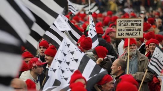 """Недавний проект о введении экологического налога вызвал сильные социальные волнения, известные под названием """"восстание красных колпаков"""""""