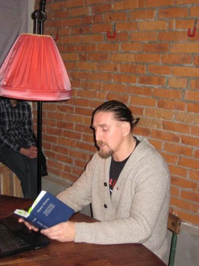 Около 60 человек пришло вечером 23 декабря в книжный магазин «МЫ» на лекцию философа Андрея Кузьмина «Рабочая философия Эрнста Юнгера»