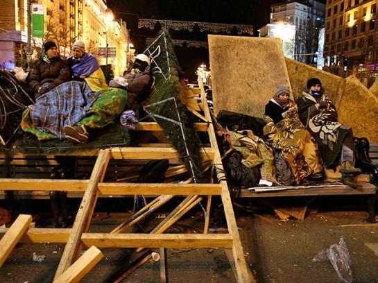 """""""Евромайданисты"""" на баррикаде, возведённой на Площади независимости"""