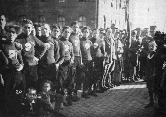 """Ветераны штурмовых отрядов «ардити» (arditi — смельчаки, храбрецы), чей боевой гимн """"Giovinezza"""" («Юность») был заимствован инсургентами и позднее стал фашистским гимном"""