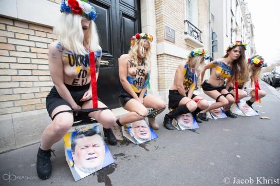 """""""Гражданская Украина, как никогда, напоминает здоровый организм, а здоровому организму свойственно периодически избавляться от дерьма!"""" - заявляют активистки """"ФЕМЕН"""""""
