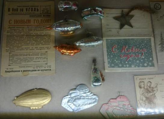 Новогодние игрушки и украшения в СССР изготавливали из ваты, стекла, папье-маше и металлической проволоки. Всё — довольно скромно, но в то же время изысканно и торжественно