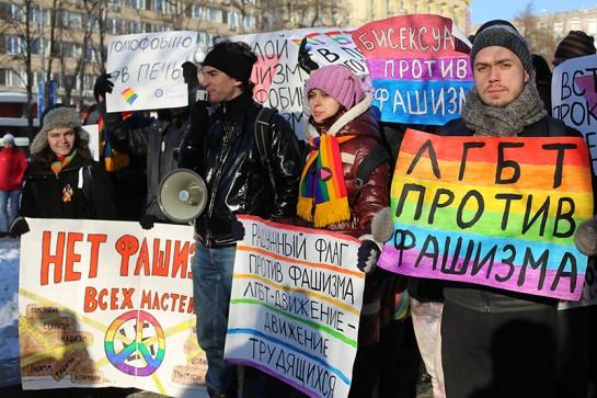"""Красные от холода, """"плечом к плечу в борьбе с нацизмом"""" встали, как ультралевые активисты и бесполые ЛГБТ, так и либеральная партия «Яблоко»"""