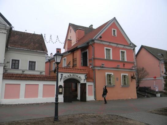 В Минске осталось несколько островков дореволюционной застройки. Это двух- трёхэтажные дома. Сейчас они скорее напоминают театральные декорации, нежели остатки старины — так они сияют свежей краской