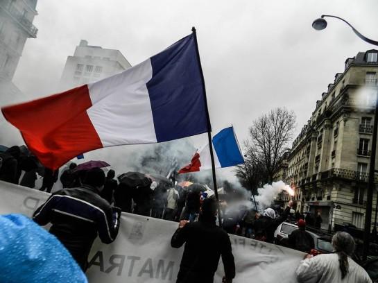 """реальность такова, что сейчас везде в Европе в авангарде борьбы против системы идут крайне правые. И в этом нет ничего удивительного. Люди встают под их знамёна, так как неолиберализм допёк их своей политкорректностью / Манифестация """"Французской весны"""""""