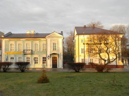 Полоцк — тихий провинциальный город. На улицах действительно очень чисто. В центре сохранились дома постройки XVIII века. Видно, что за ними следят