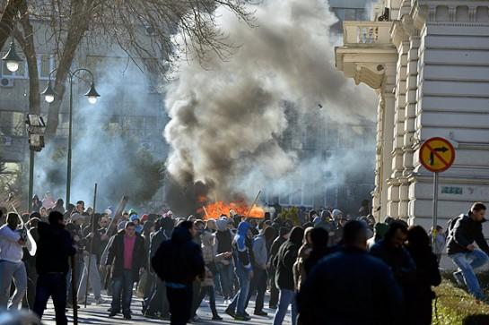В Мостаре несколько тысяч протестующих штурмовали два правительственных здания и подожгли мэрию. В Сараево люди пытались прорваться в президентский дворец