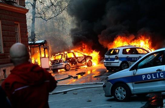 Протесты против безработицы в Боснии и Герцеговине представитель ЕС назвал поводом для интервенции / Горящие полицейские машины в центре Сараево. Фото: Dzenan Krijestorac / EPA / ИТАР-ТАСС