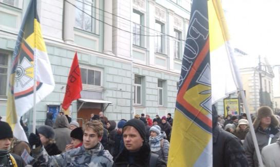Человек двадцать борцов за чистоту расы, желая, видимо, приблизить день воскрешения Гитлера, размахивали сюрреалистическими имперскими флагами с символикой 29-ой гренадерской дивизии СС РОНА (