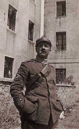 В мае 1915 года Италия вступает в войну на стороне стран Антанты: Британии, Франции и России. Маринетти, как другие футуристы, уходит добровольцем на фронт