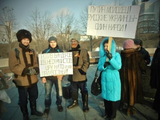 Забавно видеть «акции солидарности с нашими украинскими братьями» и акции за «русский Крым»: имперские знамёна, триколоры, красные стяги, флаги с лимонкой в белом круге, православные хоругви, портреты Сталина и Путина, иконы, ряженые казаки, сбрендившие бабушки и наци-панки