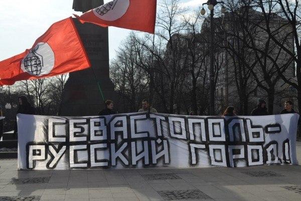 В провале протестного движения России Лимонов виноват меньше всех, но как человек чрезвычайно амбициозный и упорный он не может смириться с поражением. Отсюда эта абсолютно пагубная популистская идея привязать интервенцию режима в Украину к партийной программе