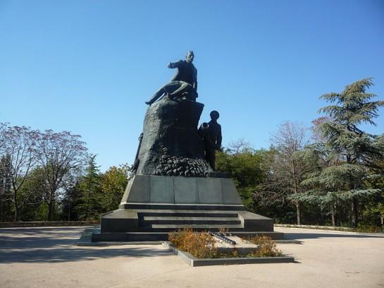Памятник Владимиру Корнилову. Рядом матрос Кошка, выбрасывающий бомбу