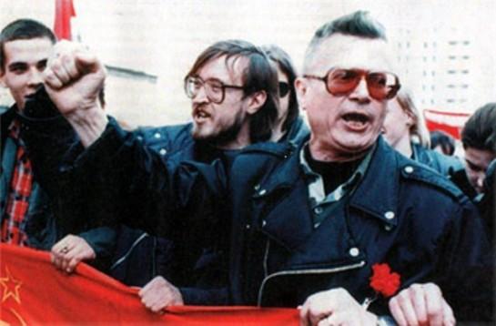 Изначально Эдуард Лимонов представлял левый национал-большевизм / На фото: Лимонов и Егор Летов (сзади) идут впереди колонны нацболов