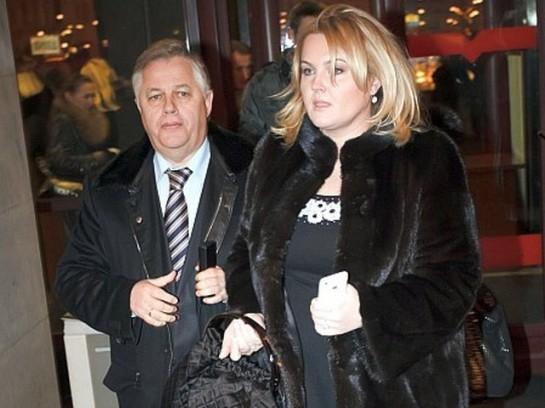Роскошный особняк Симоненко, дорогие наряды его молодой жены стали притчами во языцех. Как и автомобили представительского класса членов фракции КПУ