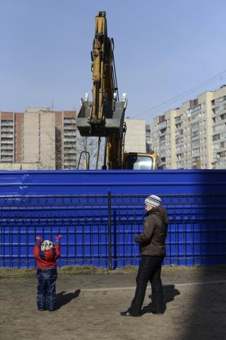 В Купчино на улице Олеко Дундича собираются строить торговый комплекс. Резко против выступили мамы маленьких детей: они готовы выйти с колясками и перекрыть проезд экскаватору