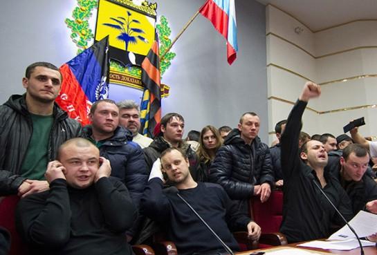Павел Губарев (в центре) во время захвата областной администрации Фото: Reuters