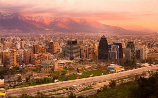 Город Сантьяго-де-Чили — одна из самых южных «левых» столиц нашей планеты, основан в 1541 году. Это достаточно крупный город, население которого приближается к отметке 5,5 млн человек, тогда как в столичной агломерации проживают 6,3 млн человек