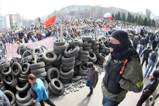 Российским левым, воспитанным на советской эстетике, чисто визуально, естественно, ближе то, что происходит в последние дни в Луганске, Харькове и Донецке, нежели киевское восстание