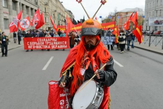 Первомай в Петербурге традиционно собирает на Невском разношёрстные колонны митингующих