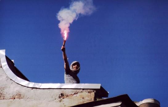 Что мы сделали такого особенного? Вылезли на крышу, растянули транспарант, зажгли фальшфейеры, помахали знаменем, раскидали листовки. Военно-спортивная игра «Зарница» какая-то. Это не с бомбой на великого князя, как Ваня Каляев. Но ведь те, кого мы остановили, пусть всего на минут пять, не способны и на такое.