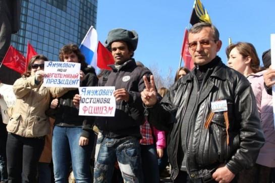 Современный лимоновец, отнюдь, не красивая российская молодёжь в судебных клетках, а негр Айно Бенес, который, веселя украинцев, бегал с плакатом «Янукович, спаси!»