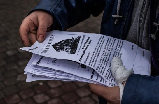 Сегодня петербургские фанаты Лимонова раздают у супермаркетов антиукраинские листовки с весьма оригинальным лозунгом «Фашизм не пройдёт!» и маршируют под речёвки, похожие на те, которые скандировали пионеры в 30-е годы: «Вперёд патриоты, вперёд рабочий класс! Ленин и Сталин вдохновляют нас!»