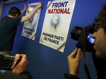 """Постеры Марин Ле Пен """"Нацфронт первая партия Франции"""" REUTERS/Christian Hartmann"""