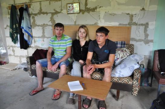 Почему тысячи молодых здоровых парней не встают на защиту ДНР и ЛНР? В телерепортажах мы видим молодых и здоровых мужчин не с оружием на передовой, а среди срочно эвакуировавшихся / на фото: беженцы из Славянская в Белгороде