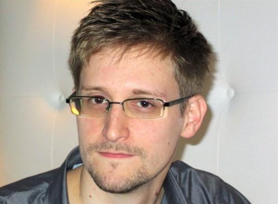 Американский активист и борец за гражданские свободы Эдвард Сноуден обратился к российским властям с просьбой продлить срок политического убежища ещё на год